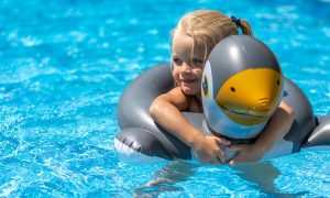 400 mila euro per lo sport - foto di bambina e Pinguino in piscina