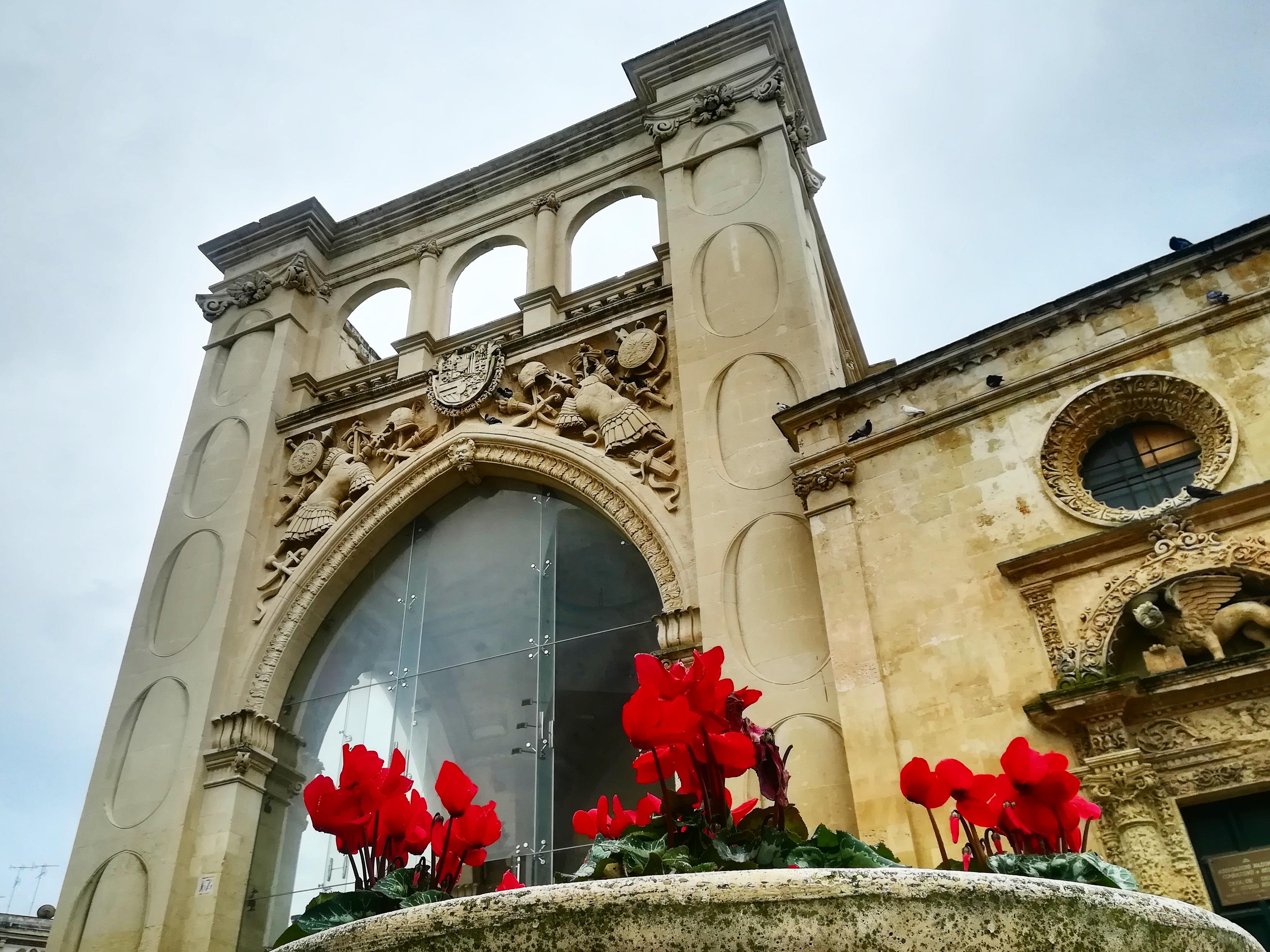 Lecce - fiori e scorcio di chiesa