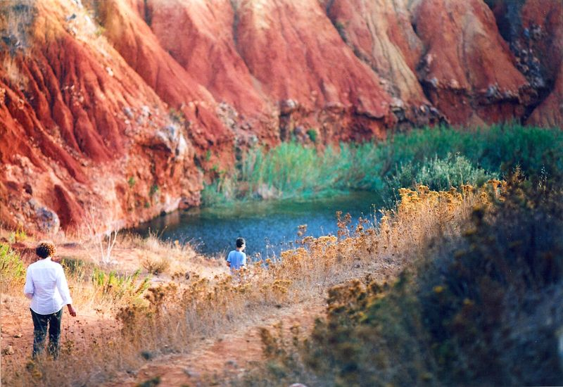 Cava Bauxite Otranto - due persone che fanno trekking sul lago
