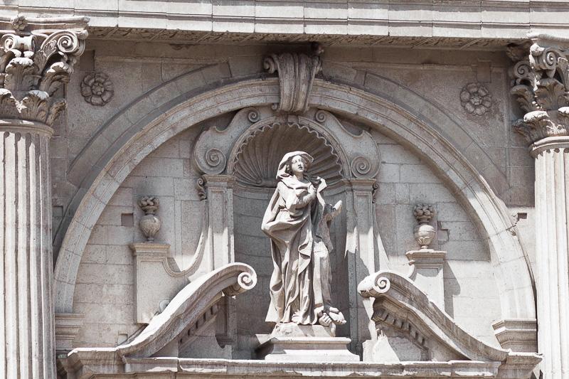 Chiesa Di Sant'Irene -Statua Della Santa sul portale