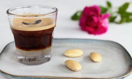 Caffè in ghiaccio con alcune mandorle