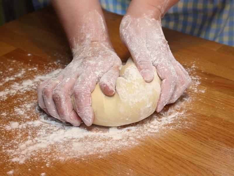 Mani che impastano - farina