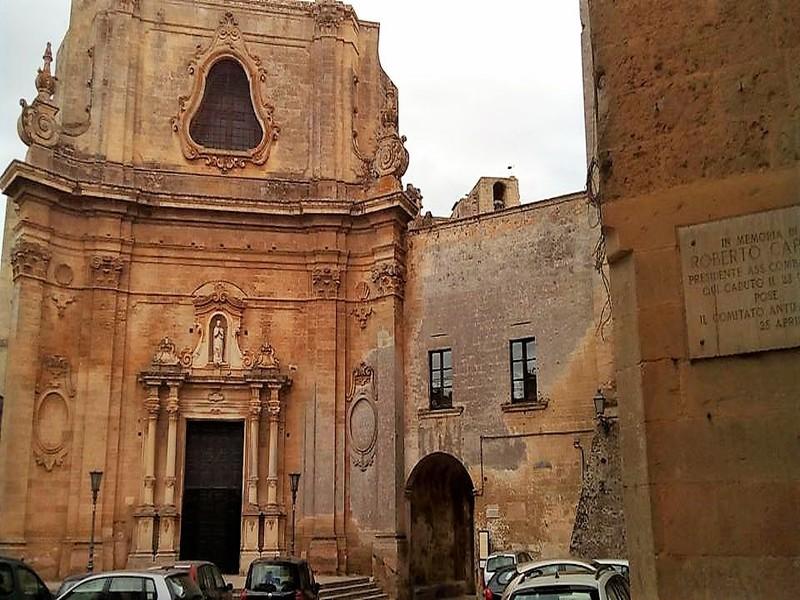 L'elegante facciata della Parrocchia di don Tonino Bello a Tricase