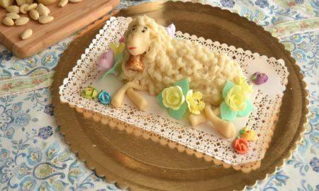 Agnello di pasta di mandorle - l'agnello su un tagliere