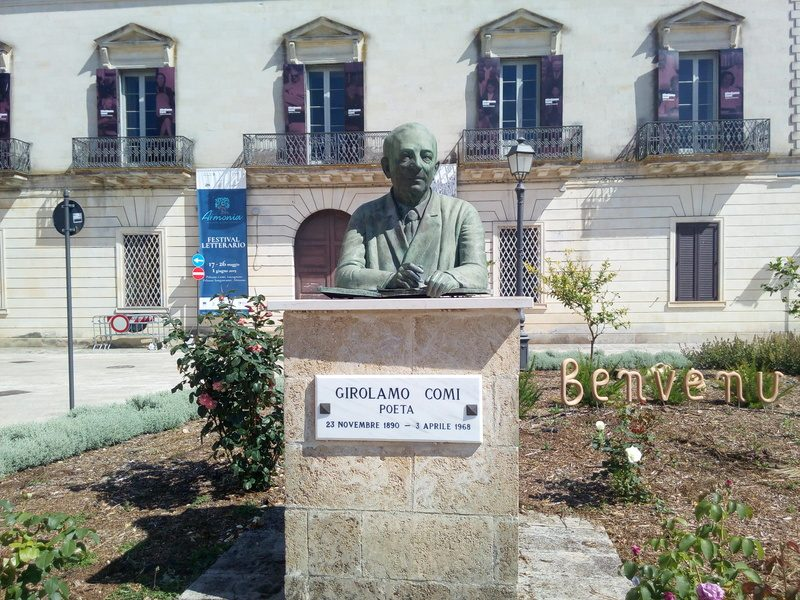 Palazzo Comi - statua del poeta