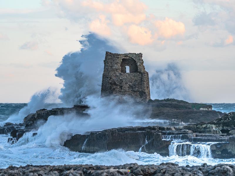 Foto di Alfonso Zucccala che ritrae Torre Di Roca con Mare Agitato In Tempesta