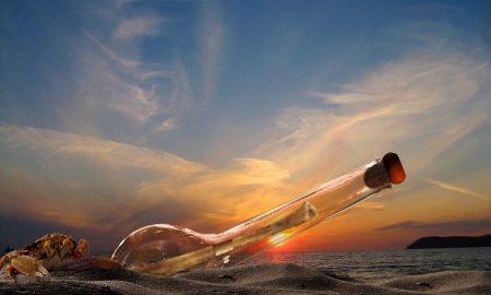 Bottiglia con messaggio al tramonto