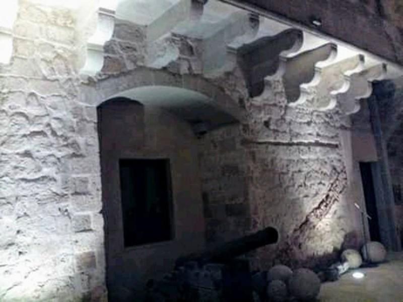 Interni del Castello otrantino e un cannone