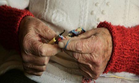 Una nonna che cuce e narra proverbi