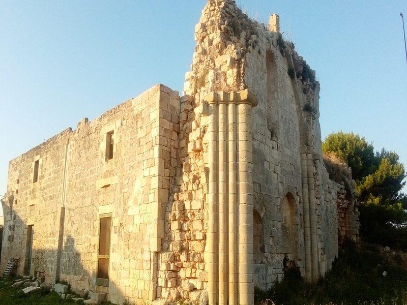 Colonne e facciata dell'abbazia di Casole