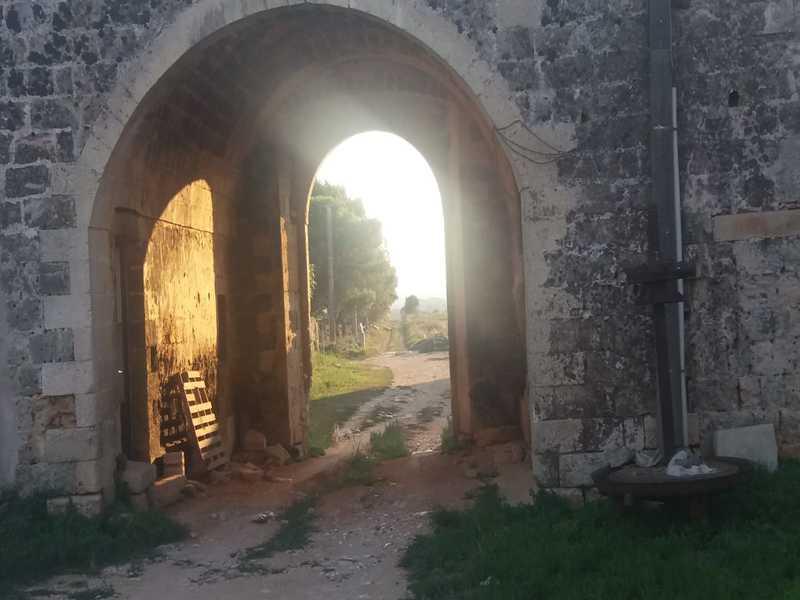 Stradina sterrata da cui un tempo si accedeva a San Nicola di Casole