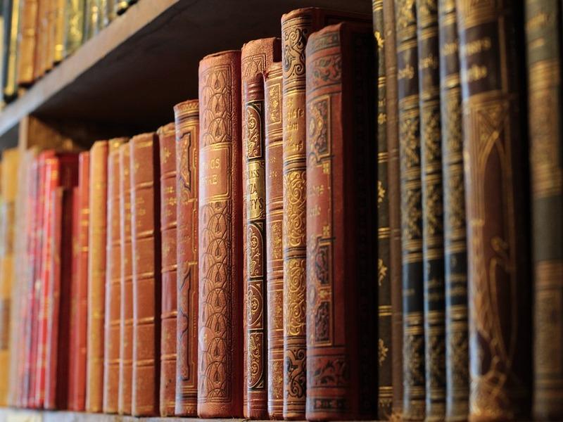Dialetti e scaffali di libri