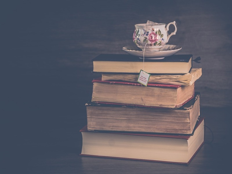 Libri e tazzina da tè