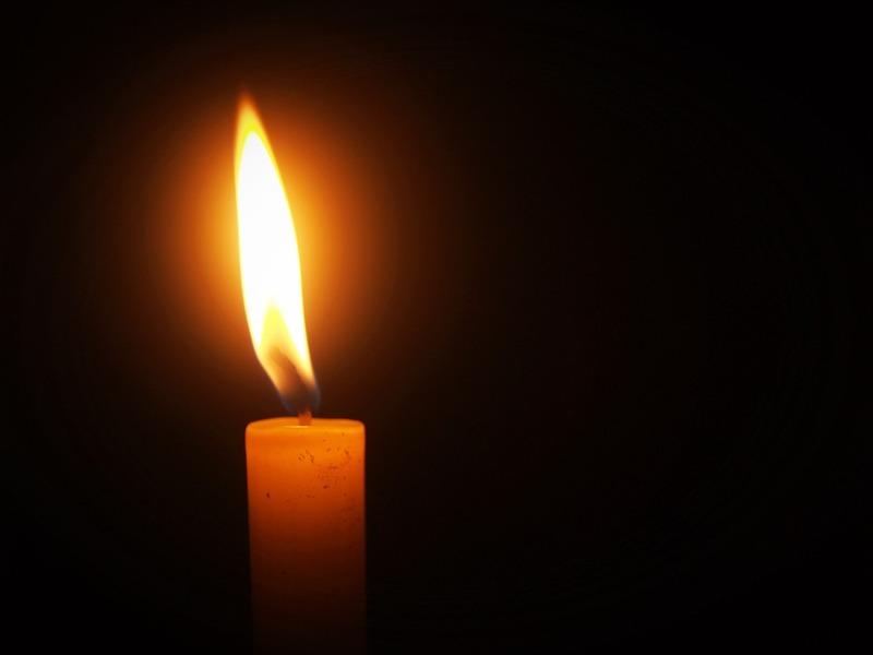 Candela accesa nel buio nel Monastero