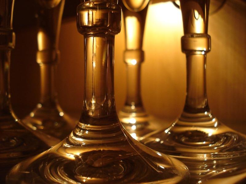 Bicchieri in tavola di varie specialità