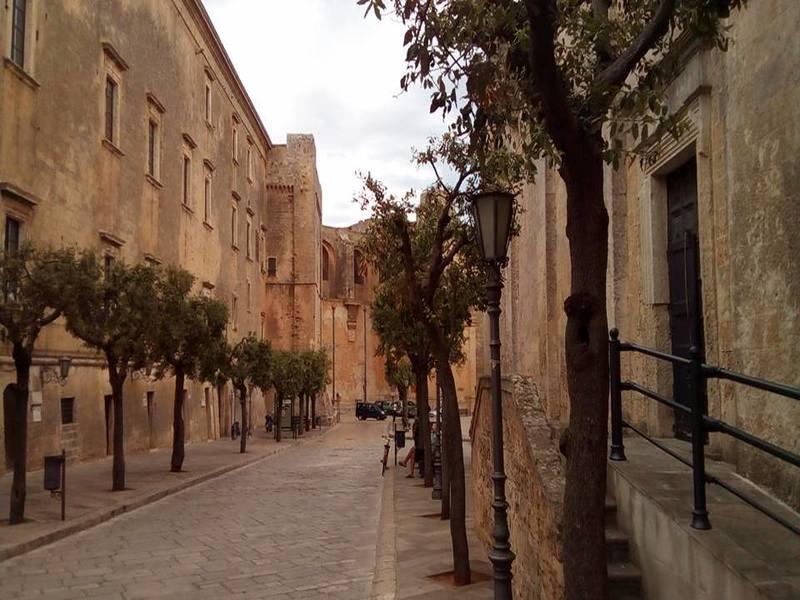 La via blasolata in Piazza Pisanelli e le chiese