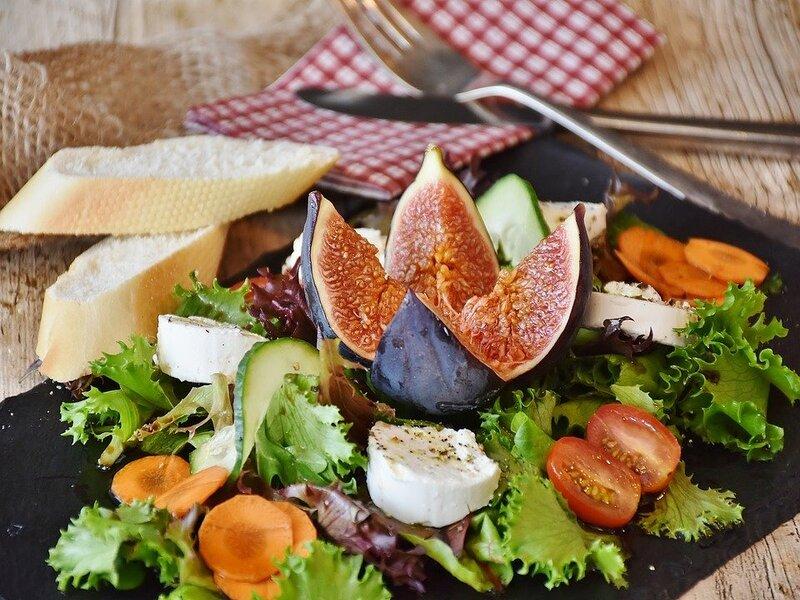 Sana Alimentazione con fichi, verdura e insieme di pietanze naturali
