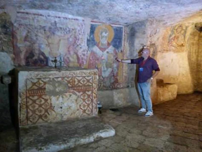 Interni della cripta di Ugento con guida turistica