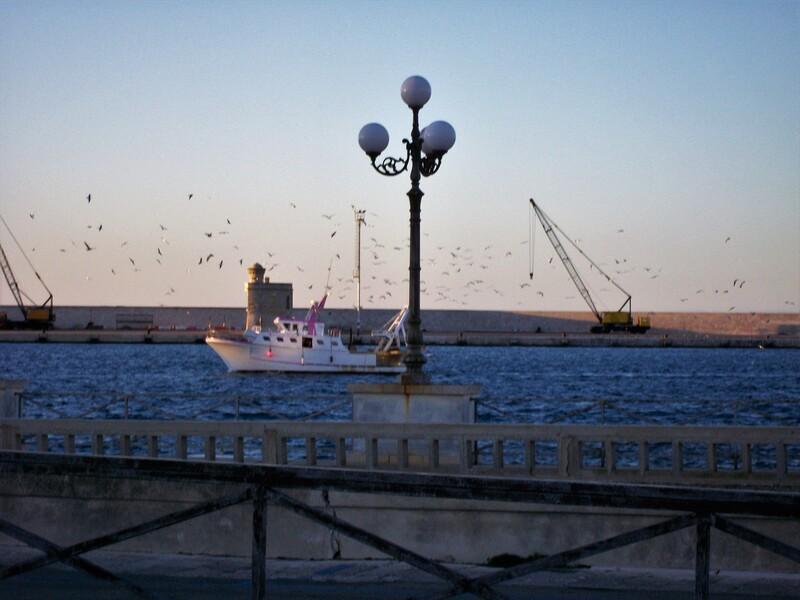 Una visuale del porto di Gallipoli al tramonto