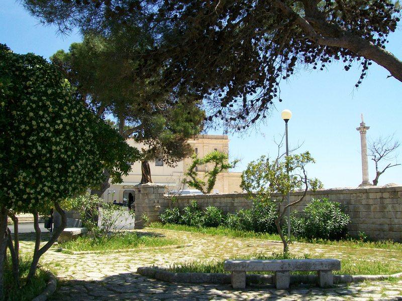 All'ingresso del Santuario di Leuca una piazzetta sormontata da angeli dorati