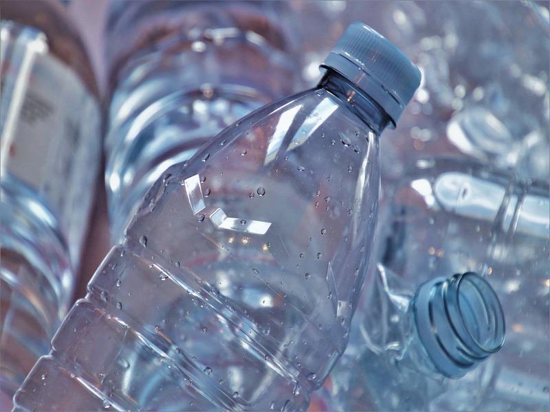 Bottiglie di plastica in primo piano