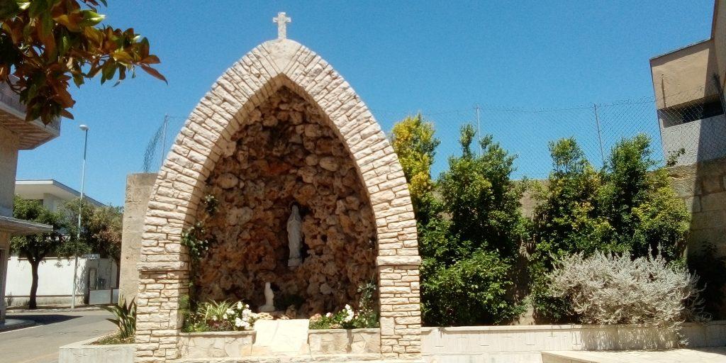 Piccola grotta per la Madonna nel centro di Corsano