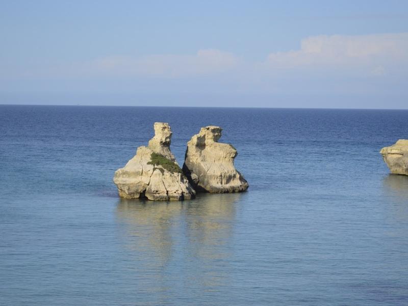 """Costa Adriatica Del Salento, i faraglioni """"Le due sorelle"""" a Torre dell'Orso"""""""