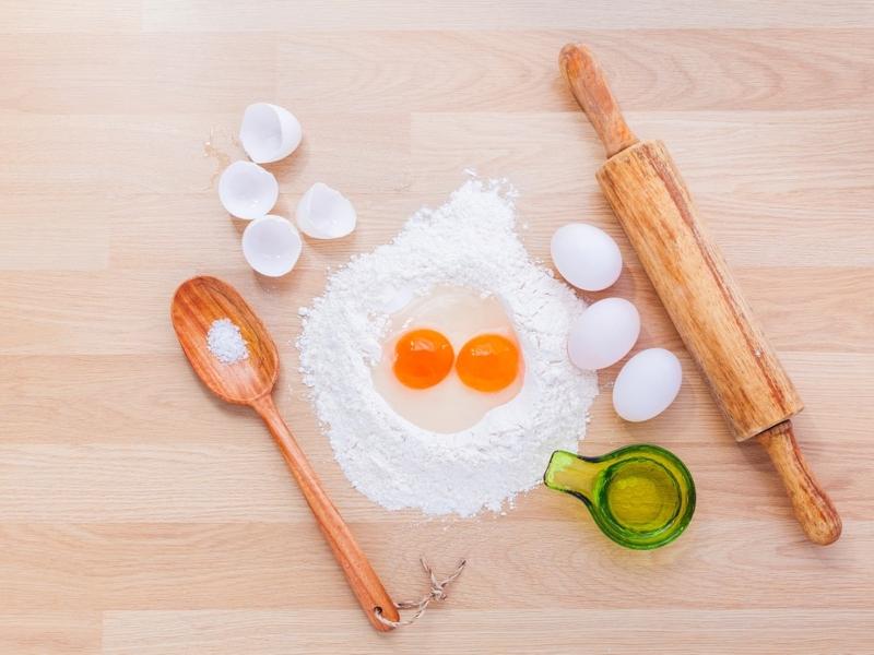 Uova e attrezzi per l'impasto