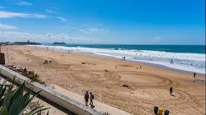surf a Praia de Carcavelos: persone sulla spiaggia