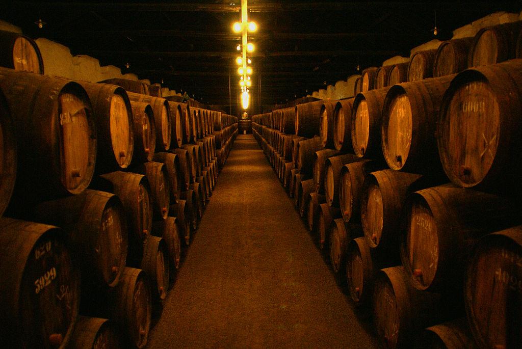 Cantina con le botti per la maturazione del vino Porto- Autore Jairo from São Paulo, Brazil