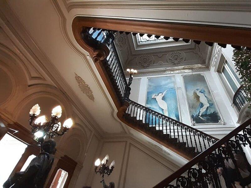 """Lo scalone che conduce al piano superiore di """"Embaixada"""", concept store del quartiere Príncipe Real"""