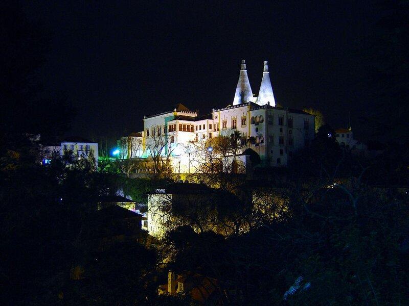 Vista notturna del Palazzo Nazionale di Sintra