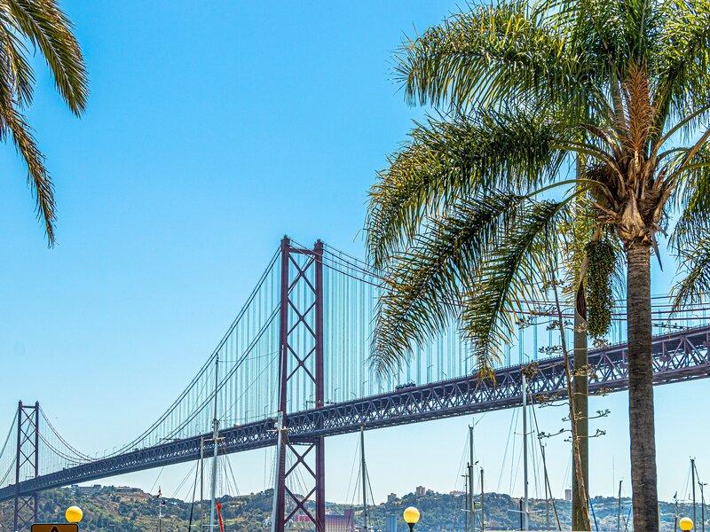 Un'immagine del Ponte 25 Aprile, costruito a metà del secolo scorso