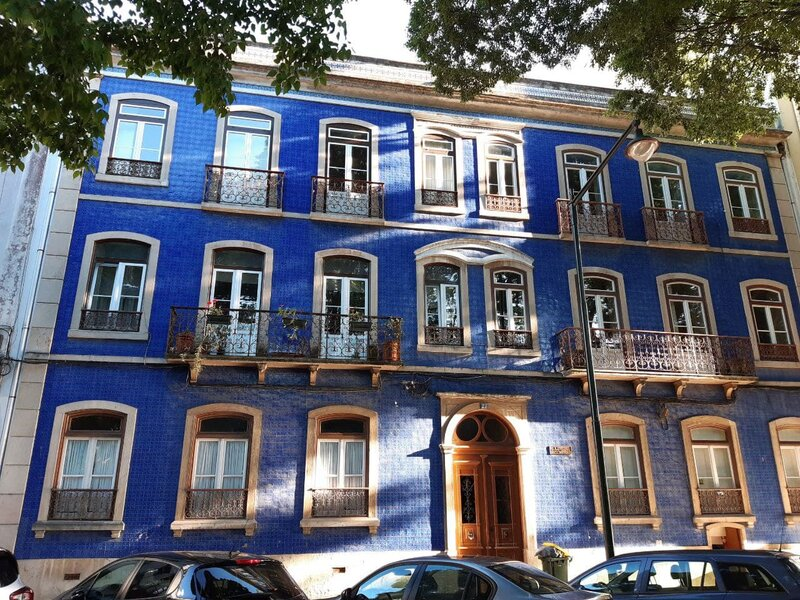 La facciata completamente ricoperta di azulejos di un palazzo nel quartiere di Campo de Ourique