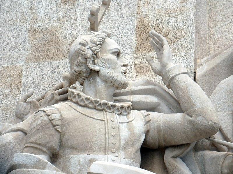 Luís Camões raffigurato sul Monumento delle Scoperte, a Lisbona