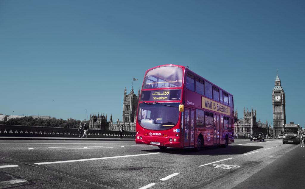 lingua Italiana - tipico autobus londinese a due piani che percorre le strade di Londra