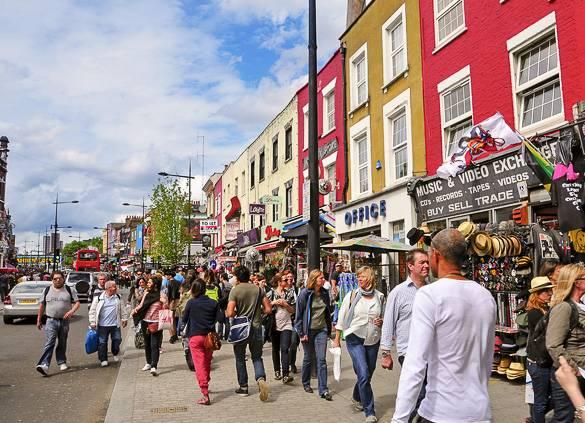 persone che passeggiano per le vie di Camden Town.