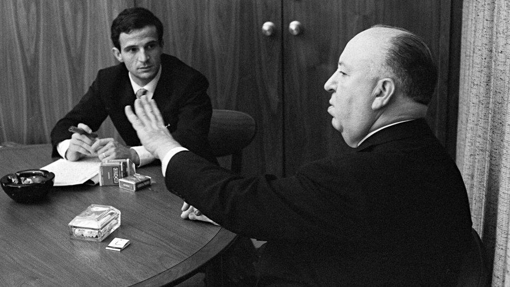 Hitchcock e Francois Truffaut immersi in una conversazione cinematografica