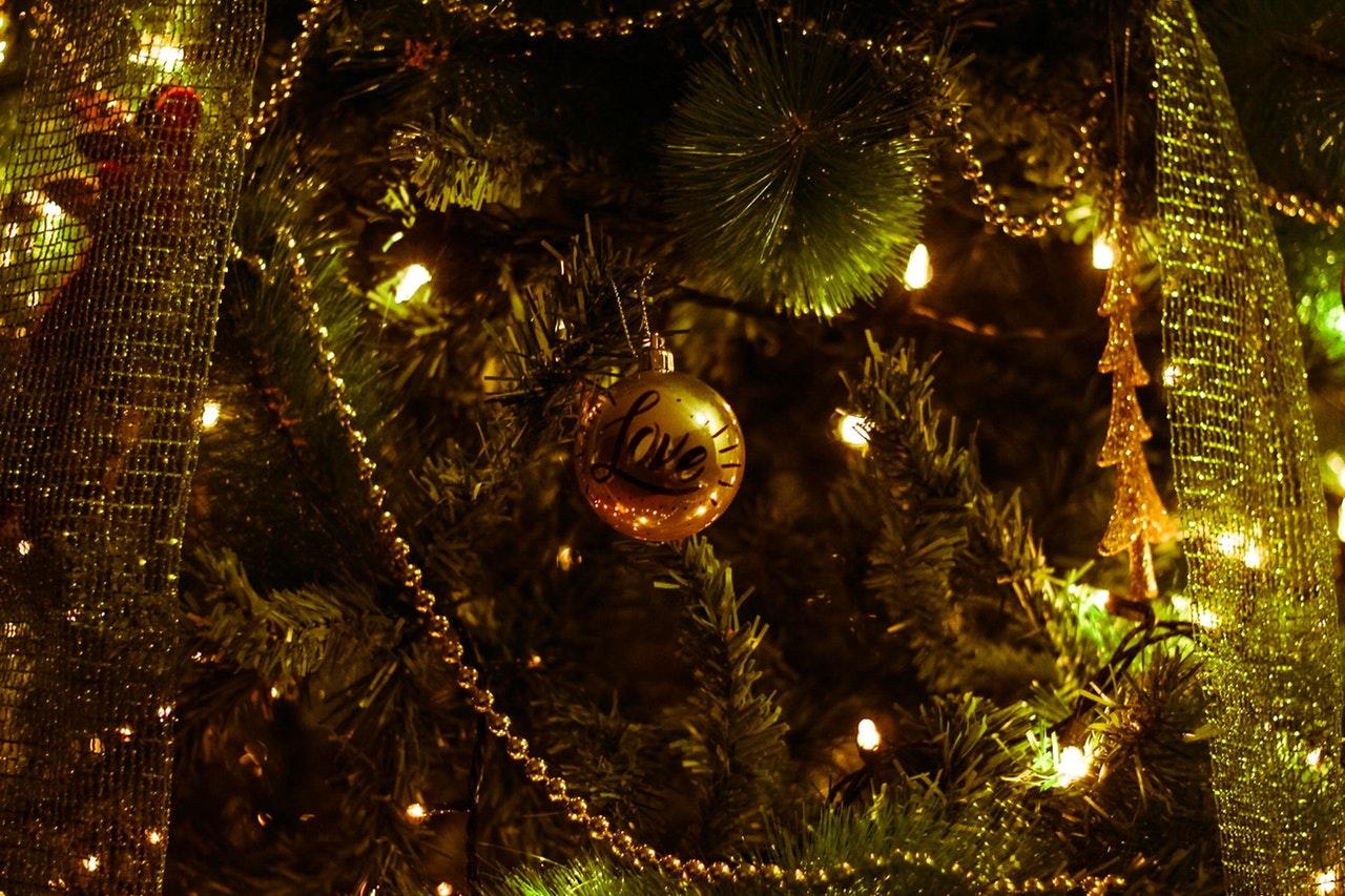 Gli alberi di Natale - particolare albero con pallina