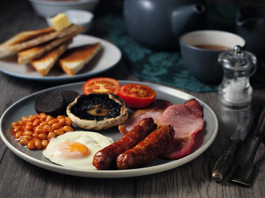 colazione inglese a Londra - piatto con salsiccia e bacon