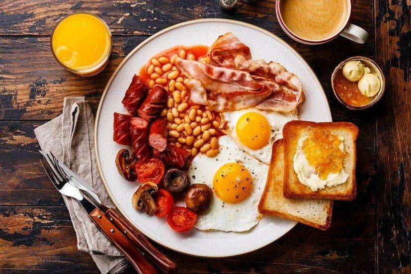 colazione inglese a Londra- immagine con colazione e toast