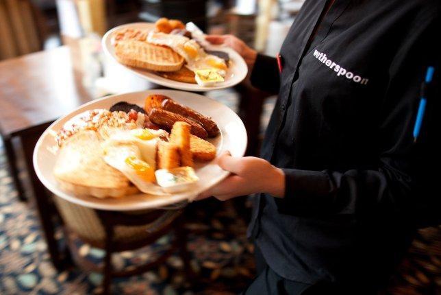 immagine di cameriere che porta i piatti con dentro la colazione