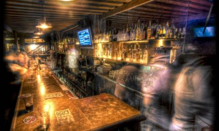 Pub infestati a Londra, il bancone di un pub londinese