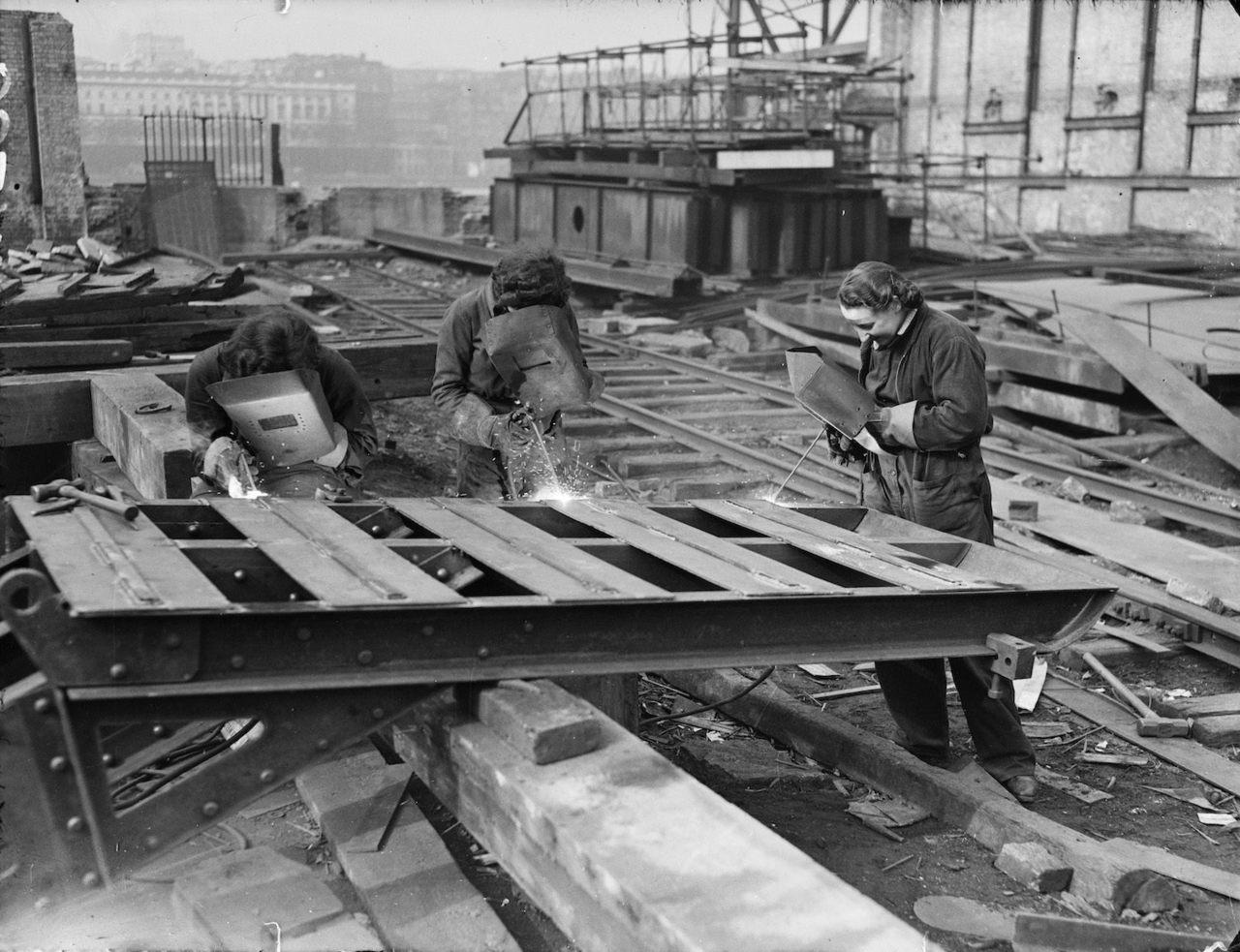 Una Foto che mostra le donne al lavoro nel cantiere del Waterloo Bridge