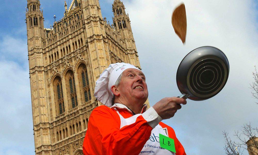 Pancake Day - uomo con padella che fa saltare un pancake