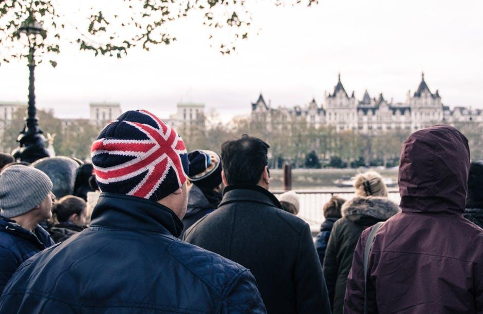 Theresa May - persone rivolte verso il Parlamento