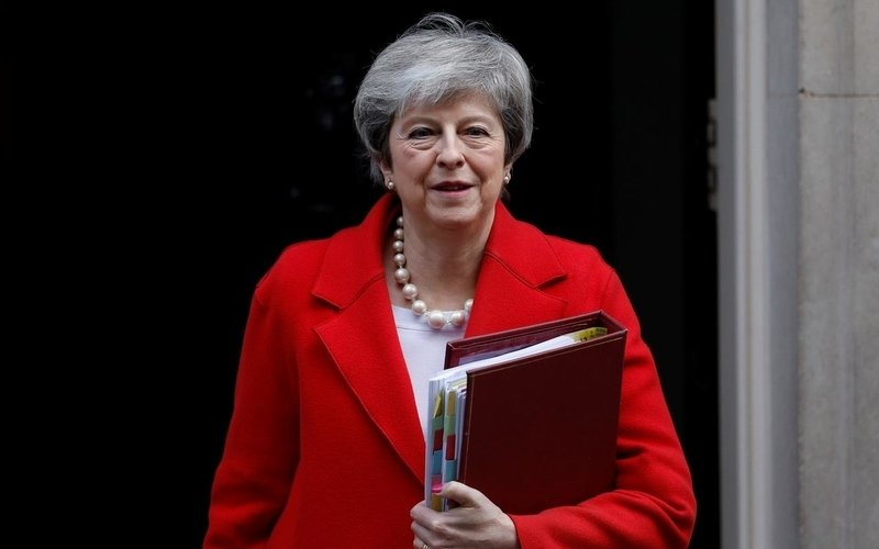 Theresa May all'uscita del n.10 di Downing street, residenza del primo ministro