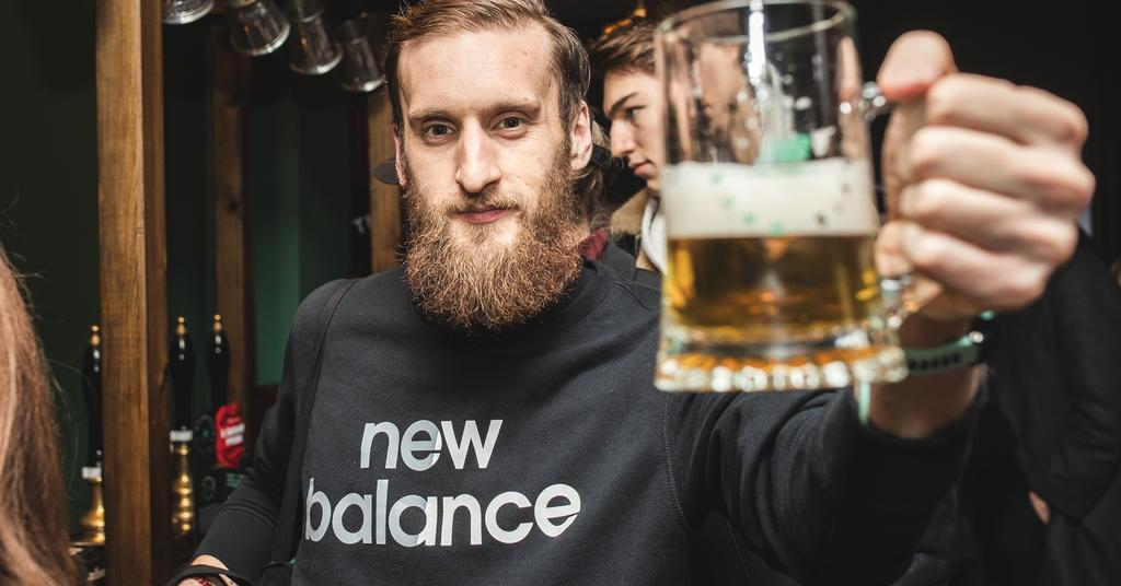 The Runaway Pub Di Londra - Barista serve una Pinta di birra