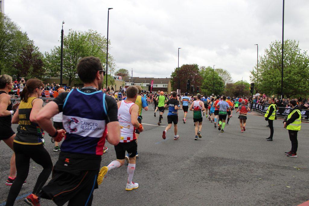Maratona di Londra- uno tra i tanti corridori indossa la maglia a supporto della ricerca contro il cancro