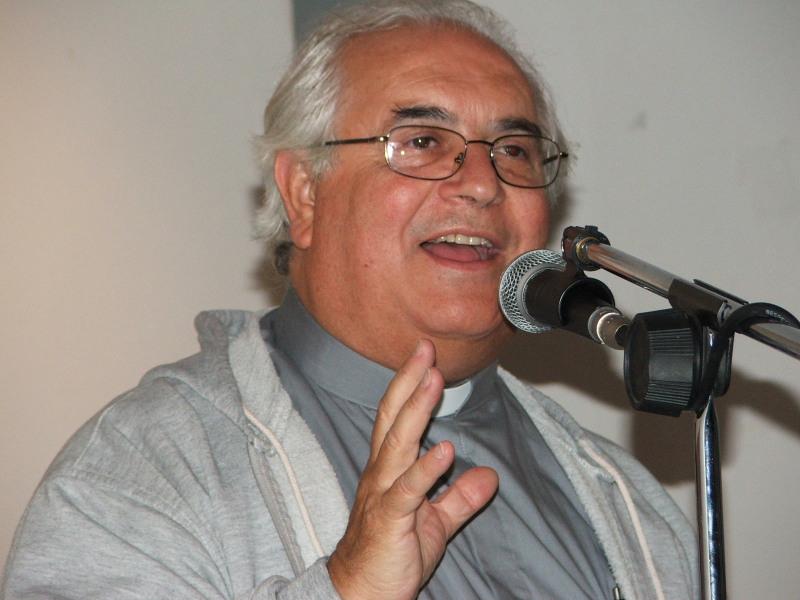 Padre Carmelo Di Giovanni durante una catechesi